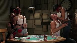 Kayla Carrera livrée à une partouze sur la table de poker