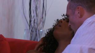Trio sexuel interracial avec Misty Stone dans un salon