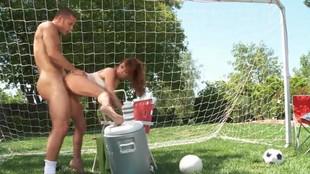 Taylor Wane baisée dans un terrain de foot