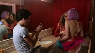 Jessie Andrews jouit d'un triolisme dans les toilettes d'un club
