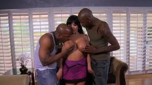 Sienna West prise en sandwich par deux blacks bien gaulés
