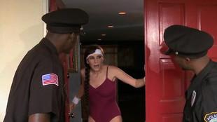 Alexandra Silk partouzée dans son salon par deux policiers blacks en uniforme