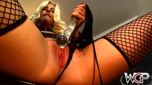 Une blonde en lingerie sexy s'explose l'orifice anal au sextoy