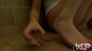 Masturbation féminine de jeune brunette aux petits seins