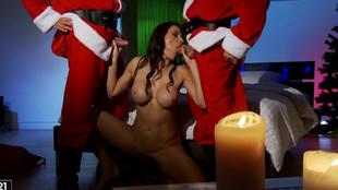 Kitana Lure et deux pères Noël vicieux pour une baise en trio