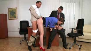 Une vicieuse doublement pénétrée par deux collègues au bureau